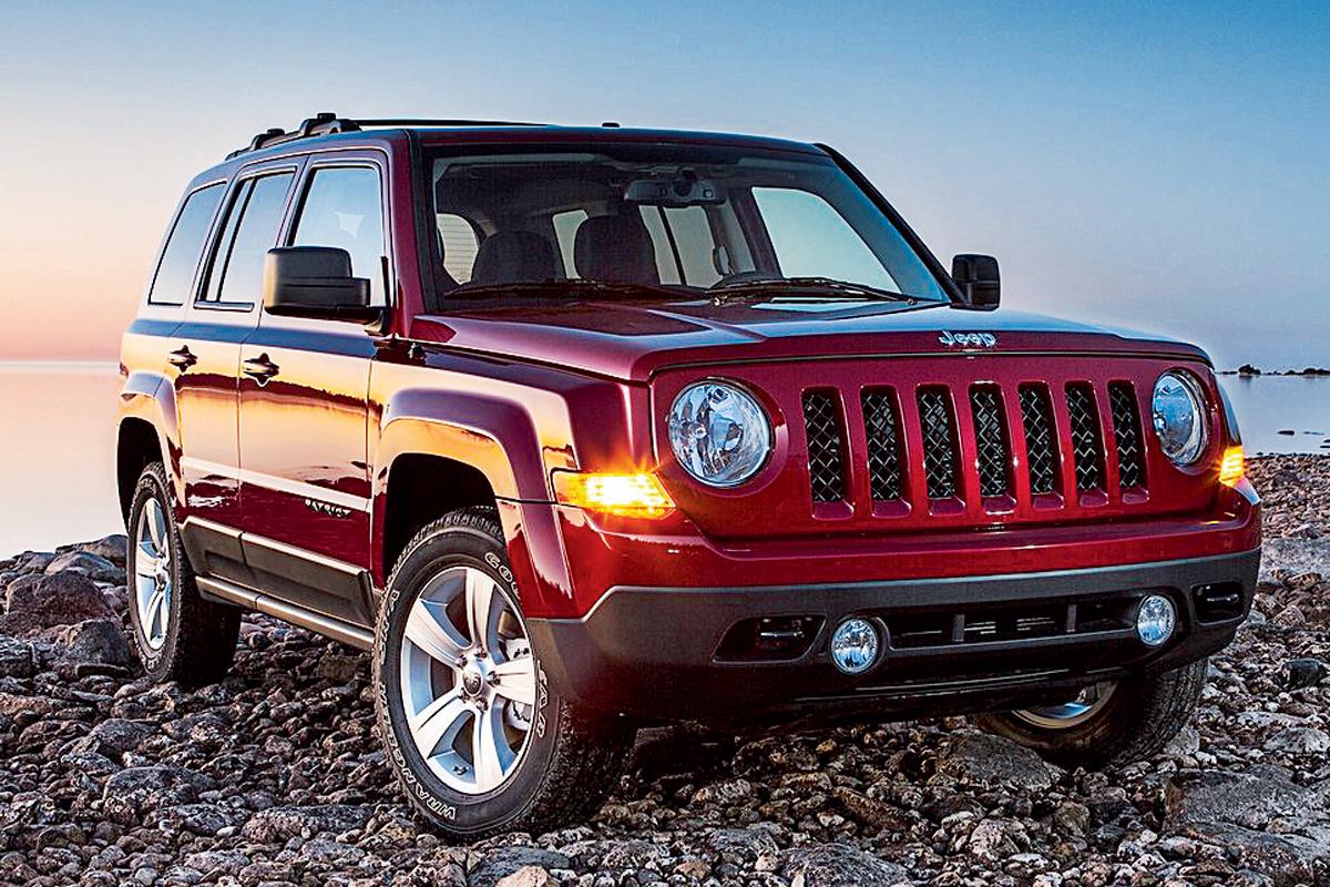 Mesmo com dimensões próximas aos modelos que substitui (o Patriot e o Compass acima), o novo Jeep tem plataforma mais moderna, e bem mais espaço para bagagem. Será ideal para quem não consegue conviver o Renegade e se diminuto porta-malas de apenas 280 litros