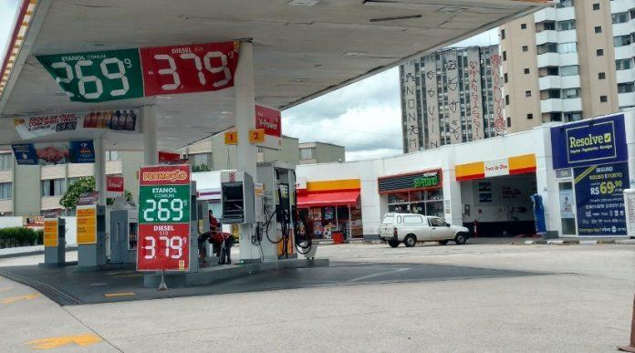 O golpe dos postos: faixa indicando preço do diesel em vez do da gasolina
