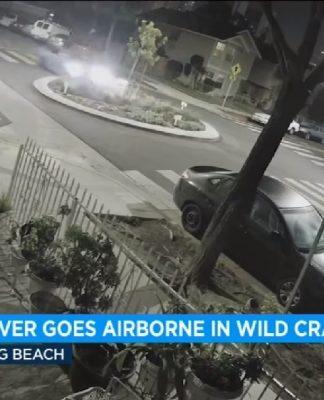 Carro voador destruiu oitros veículos após atravessar uma rotatória