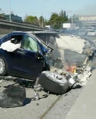 O Tesla Model X de Huang destruído em acidente