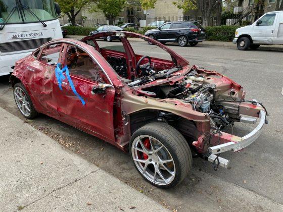 Um Tesla Model 3 destruído foi leiloado no eBay por impressionantes R$ 80 mil.
