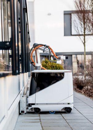Este é Carl, o robô que carrega carros elétricos