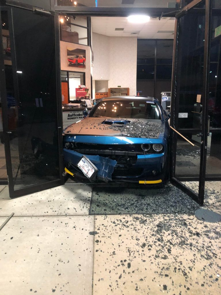 Ladrão tenta roubar Dodge Challenger 50th Anniversary