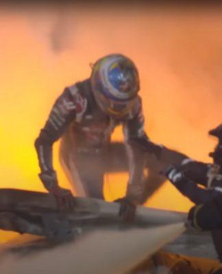 Romain Grosjean consegue deixar o carro em chamas após acidente que quase o matou