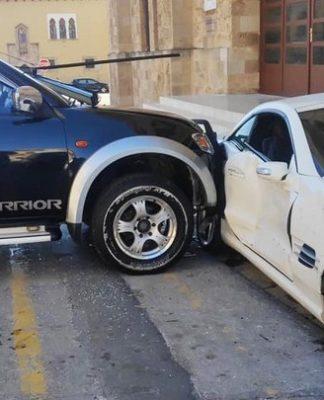 Briga entre policiais termina com Mercedes-Benz SL destruído