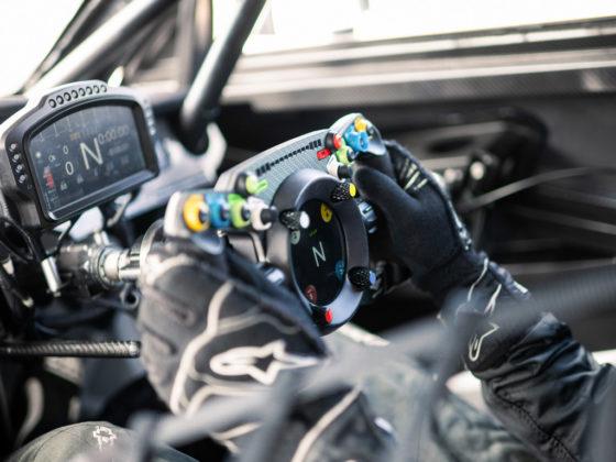 Bentley cria volante que pode ser usado no carro e nos games