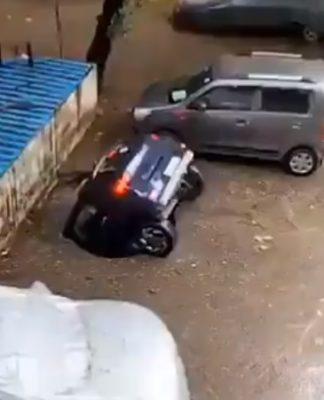 Vídeo flagra momento em que carro é engolido por buraco na Índia