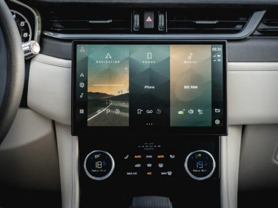 Jaguar F-Pace estreia mais tecnológico e com visual retocado