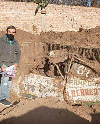 Pedreiros encontram carro de corrida enterrado em quintal de casa