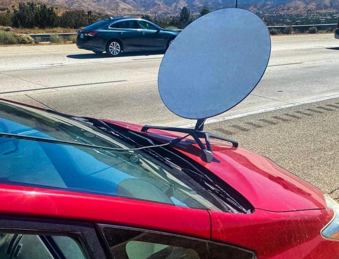 Motorista de Toyota Prius é multado por rodar com antena de internet no capô do carro