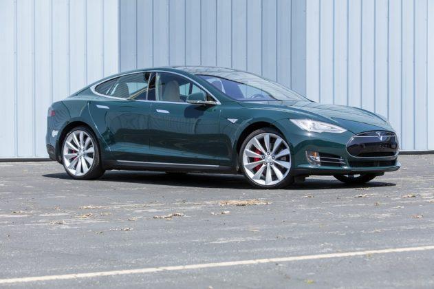 """Tom Hanks coloca à venda trailer, Tesla e Toyota """"Bandeirante"""""""